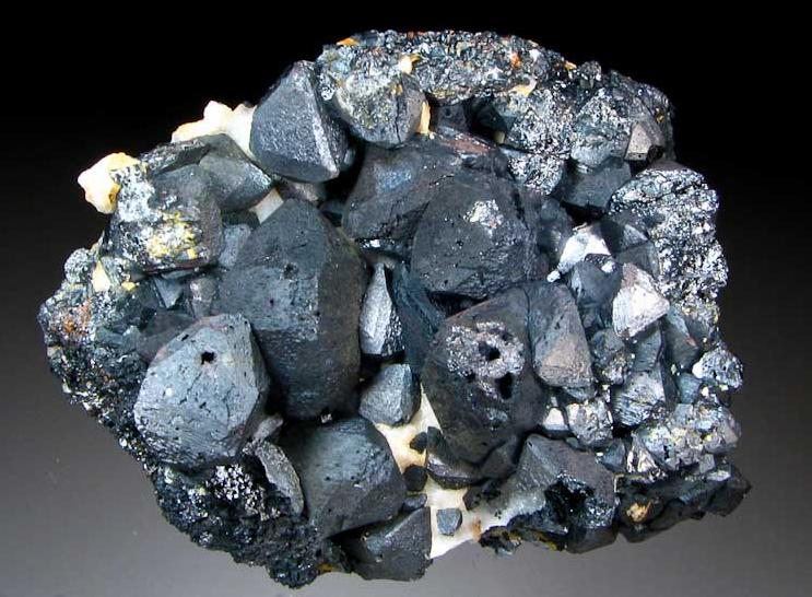 بررسی ویژگی های سنگ آهن مگنتیت